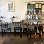 スリーペンギンズコーヒーアンドロースター - アンティックな家具が落ち着く