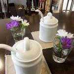 スリーペンギンズコーヒーアンドロースター - テーブルにはアスターの花が 可愛い