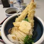 本格手打うどん おか泉 - 名物の冷や天おろし。揚げたての天ぷら。大エビ2本。