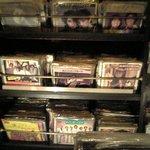 バーキタザワ - 店内壁面のレコード棚