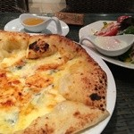 22611434 - ゴルゴンゾーラと蜂蜜のピザ&シーザーサラダ