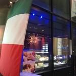 新宿イタリアン カルボナード - 入り口のケーキのショーケース