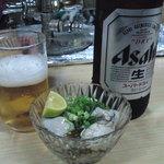 立ち呑み居酒屋 よってこ - ビンビール(アサヒスーパードライ大ビン)(420円)にカキ酢(380円)。