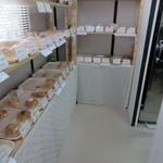 ディンプル ベーカリー - 自宅の敷地の一部を使ったお店はそんなに広くありませんでしたが焼きたての様々なパンが並んでました。
