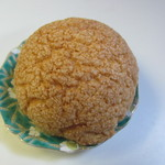 ディンプル ベーカリー - 先ずはこの店の人気NO1のメロンパン120円、サクサクに焼かれた表面としっとりとした中心部これぞメロンパンと言った商品です。