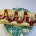 ディンプル ベーカリー - ウインナーロール160円、フランクフルトを丸ごと一本使った総菜パンです、ケチャップとの相性もバッチリですよ。