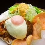 パームス - ハンバーグと目玉焼きが乗った、ハワイの定番メニュー。