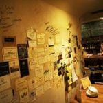 Vin&Fromage UnVerre - 壁にペタペタ…  壁にはワインのエチケットと造り手のサインなんかも。飾ってあるドライフラワーも手作りです。