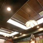 八芳亭 - 天井が木目なお店に久しぶりに来たような……。