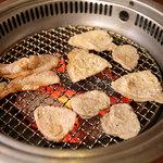 八芳亭 - 豚三種、焼いてます。