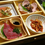 佐蔵 - 前菜の四品。馬刺し・炭火鶏・棒々鶏・キムチ