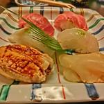 末廣鮨 - 穴子、鮃、ミナミマグロ、烏賊、柚子こしょうのようなものをあしらってます。                             ちなみに、『末廣鮨』のネタケースにミナミマグロが積んであることは有名ですね。
