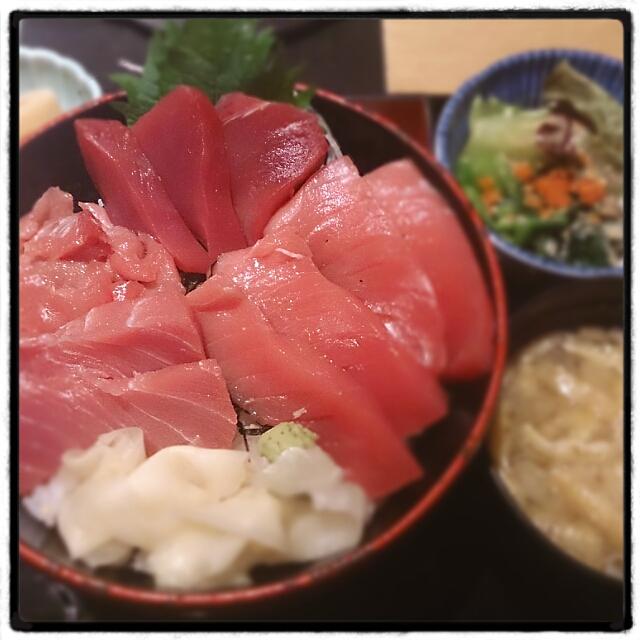魚の飯 新橋 - 「滅多にやらないので、今日は是非これを召し上がっていただきたい。」と店員さんが猛プッシュしてきた限定のマグロ丼定食。本マグロとキハダマグロらしい。確かにうまかった。