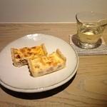 Cafe Soi - マリアージュの王道、キッシュとワイン