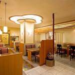 日本料理 ぎん - 内観写真:店内は間接照明を用いて暖かな空間を大切にしています。