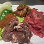 ドラム缶焼肉 - 3点盛りコプタクの甘口と辛口・カメルギ(豚のカルビの甘口と辛口)・牛のカルビ