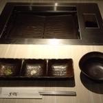 薩摩焼肉 黒桜 - プレートは、電気プレート!油は下に流れ落ちるようなしくみになっていて、煙もでない~!(・。・;