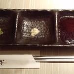 薩摩焼肉 黒桜 - 左から『しゃきしゃきワサビ』『鹿児島産のハーブ塩』『醤油ベースの特製タレ』の3種類~♪(^o^)丿