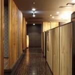 薩摩焼肉 黒桜 - 店内の通路!左側に半個室、右側にカウンター席が…!(^o^)丿