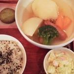 千の香 - 日替わりランチ ポトフ。20穀米のごはんとスープ、マヨネーズで和えたお惣菜、クッキー1枚。