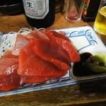 食句 - 大きな赤身と中トロの部分が4枚づつ乗っているマグロ刺し盛りはなんと400円!