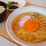 月見茶屋 - 料理写真:◆南濃みかんラーメン◆みかんの上品な香り漂うあっさり塩味スープに、みかんの搾り汁を練り込んだ細麺。