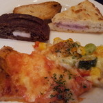 WaZa - 8種類のパンの中にはピザもあります♪