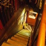 アラビヤコーヒー - 階段を上がって2Fへ