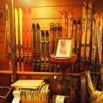 アラビヤコーヒー - 大量の古いスキーが飾ってある