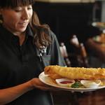 フットニック - 自慢のフィッシュ&チップスは英国本場の味。大きさも本場サイズ!!
