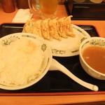 日高屋 - 餃子1列と唐揚げは子供のところに行ってしまいました。
