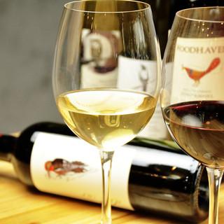 ワインの豊富さはじまん。グラスは10種飲み比べ可能。