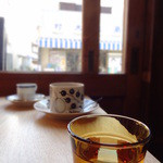 ミルコーヒー&スタンド - 窓辺はカップル向き。理由は…