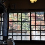深瀬屋 - 窓越しに紅葉