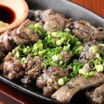 もつ鍋 一慶 - 宮崎県から取り寄せた地鶏の鉄板焼き。香ばしい香りが食欲をそそります。