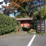 22688353 - 裏の駐車場の門。