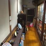 鰻料理 たけだ - 廊下、何故か奥に校長室が