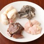 もつ鍋 一慶 - 一慶のもつ鍋には4種類(小腸、ハツ、赤せんまい、ハツモト)が入っています。