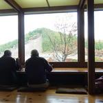 草允 わらび野 - 店内から大室ダムの周囲の山が眺められます