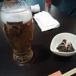 焼き鳥 大関 - 生ビールと付きだし(もつ煮)