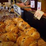 coffee shop KAKO - optio A30で撮影。店頭売りの焼きたてパン。
