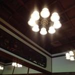 太閤園 別館 - シャンデリアがレトロっぽい