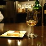 Shot Bar 鈴村 - 「アードベッグ コリーヴレッカン」とチャーム「チョコレート」