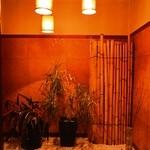 黒毛和牛焼肉と本格もつ鍋 山樹 - ◆上質な和の雰囲気漂う入口♪