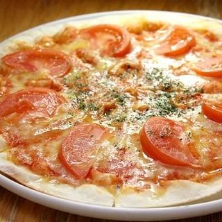 窯で焼きあげたアツアツのピザ