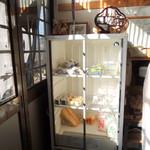 平田とうふ店 - お店左の冷ケース