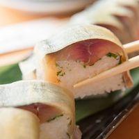 花茶夢 - 「さば棒寿司」は関西風に昆布が巻かれています。肉厚な鯖が人気です。