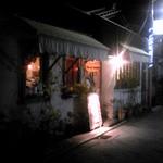 22717389 - 昭和チックな通りにあります。