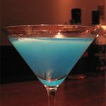 スケアクロウ - 青いカクテル。                             赤いのやら青いのやら、いつも写真映えするものを頼んでるような気がします(笑)。