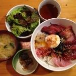 遊魚 和田丸 - ピリ辛海鮮丼全景